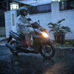 Tips Aman Berkendara Motor Saat Hujan